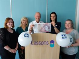 cassons staff holding a sample fifty pound note